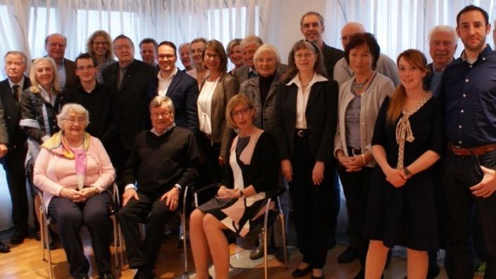 Neumitglieder und Jubilare sowie Bürgermeister Bert Spilles (links) und Vorsitzende Katja Kröger ( sitzend vorne rechts)